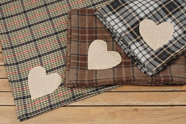 kuschelige woll decke mit herzapplikation wohntextilien decken. Black Bedroom Furniture Sets. Home Design Ideas